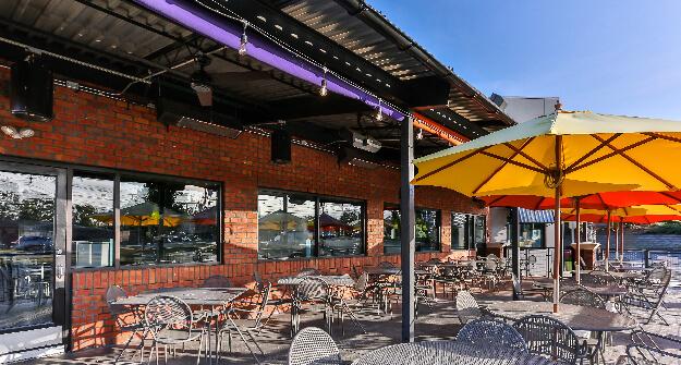 Mellow Mushroom Burlington patio dining outdoors