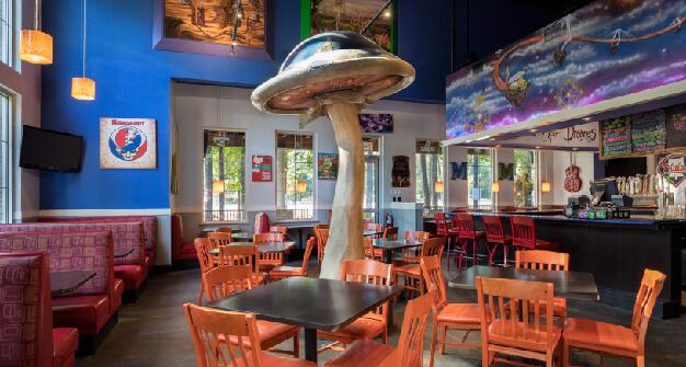 Mellow Mushroom Mount Pleasant interier main dining tables
